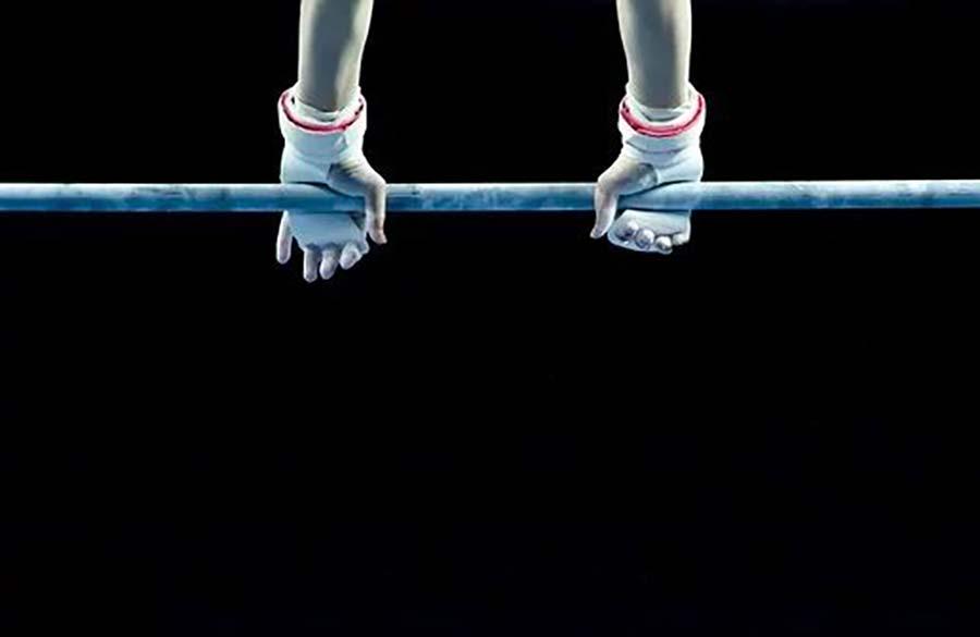 گاهی لازم است قهرمانان ژیمناستیک خود را از پیچیدهترین حرکت به پایهترین حرکت ورزش خود انتقال دهند.