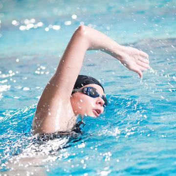 شنا چگونه می تواند به تقویت زانو کمک کند